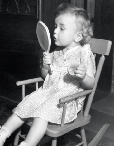 enfant se regardant dans un miroir