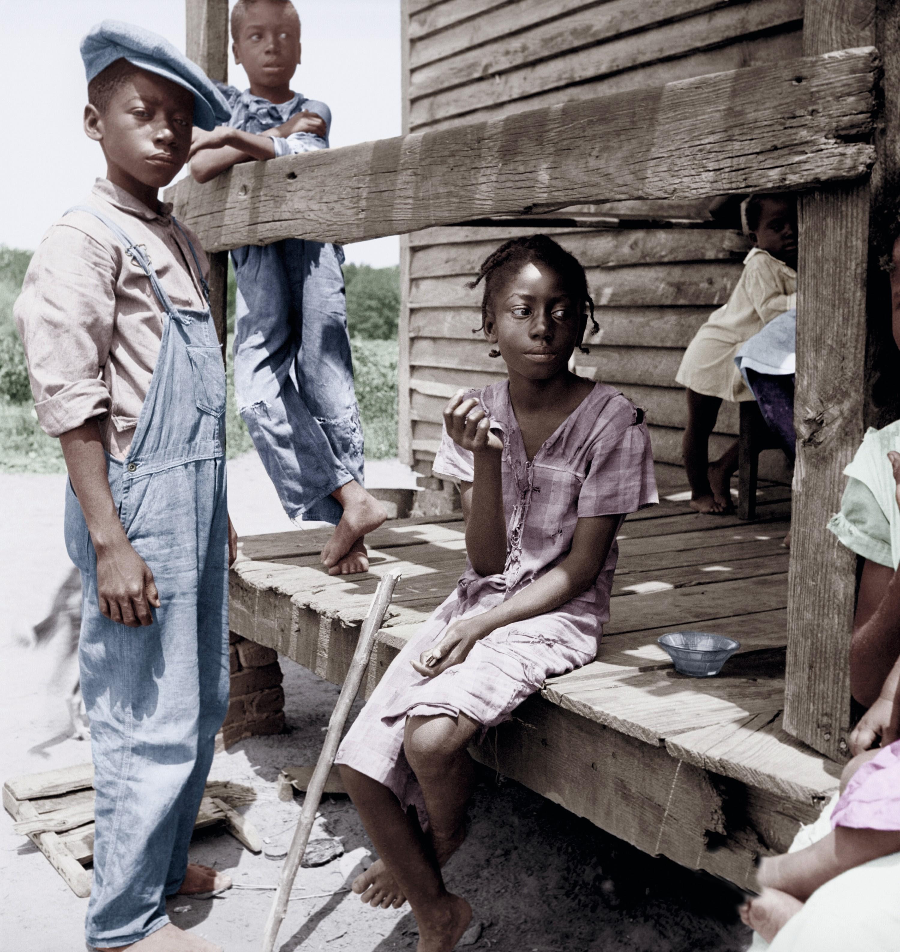 Dorothea Lange, enfants dans le delta du Mississippi, 1936, photographie colorisée, 23,8 × 25,4 cm, Library of Congress, Washington.