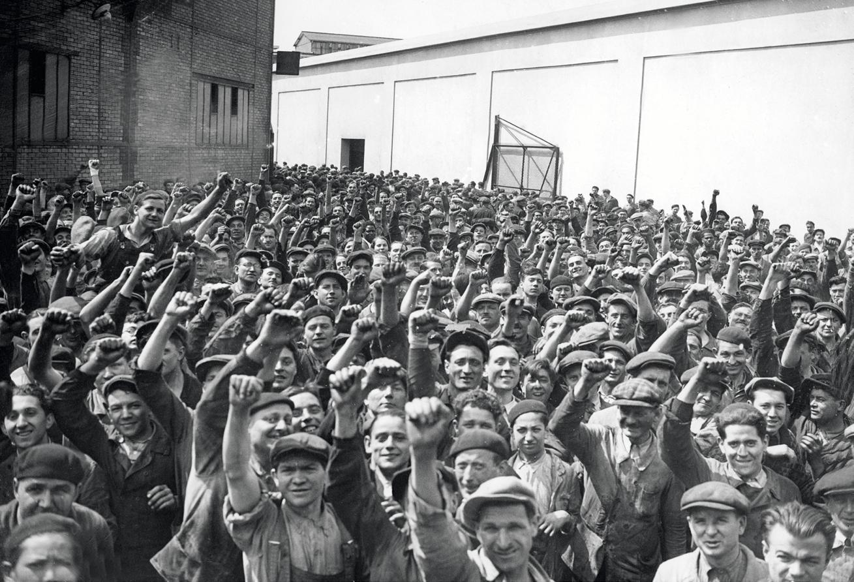 Ouvriers de l'usine automobile Renault à Boulogne-Billancourt en grève, 28 mai 1936, photographie anonyme.