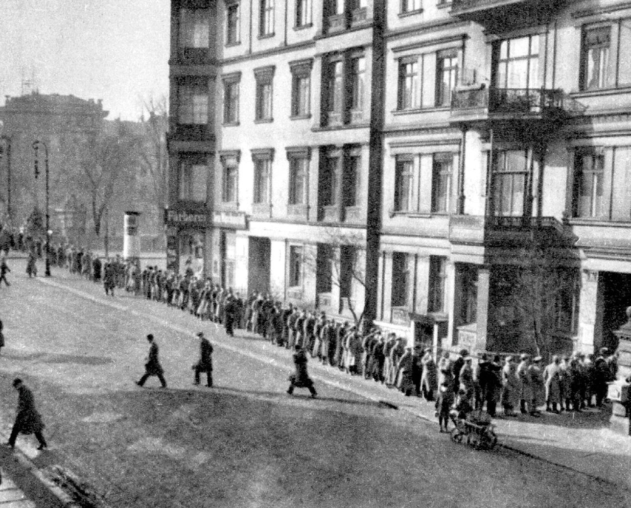 File d'attente de chômeurs devant un bureau pour l'emploi, Potsdam, 1933, photographie anonyme.