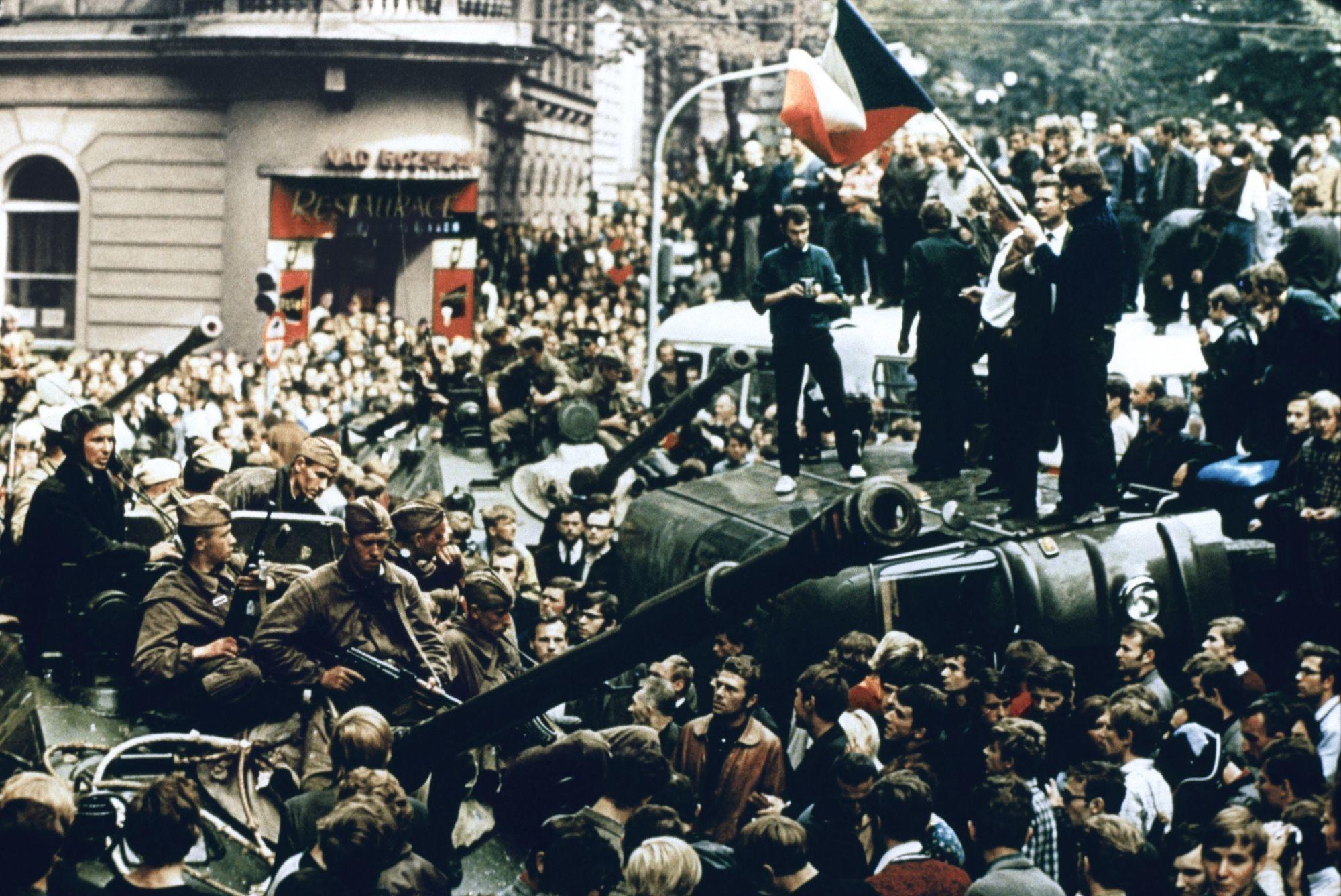 Troupes du pacte de Varsovie dans les rues de Prague, 21 août 1968, photographie