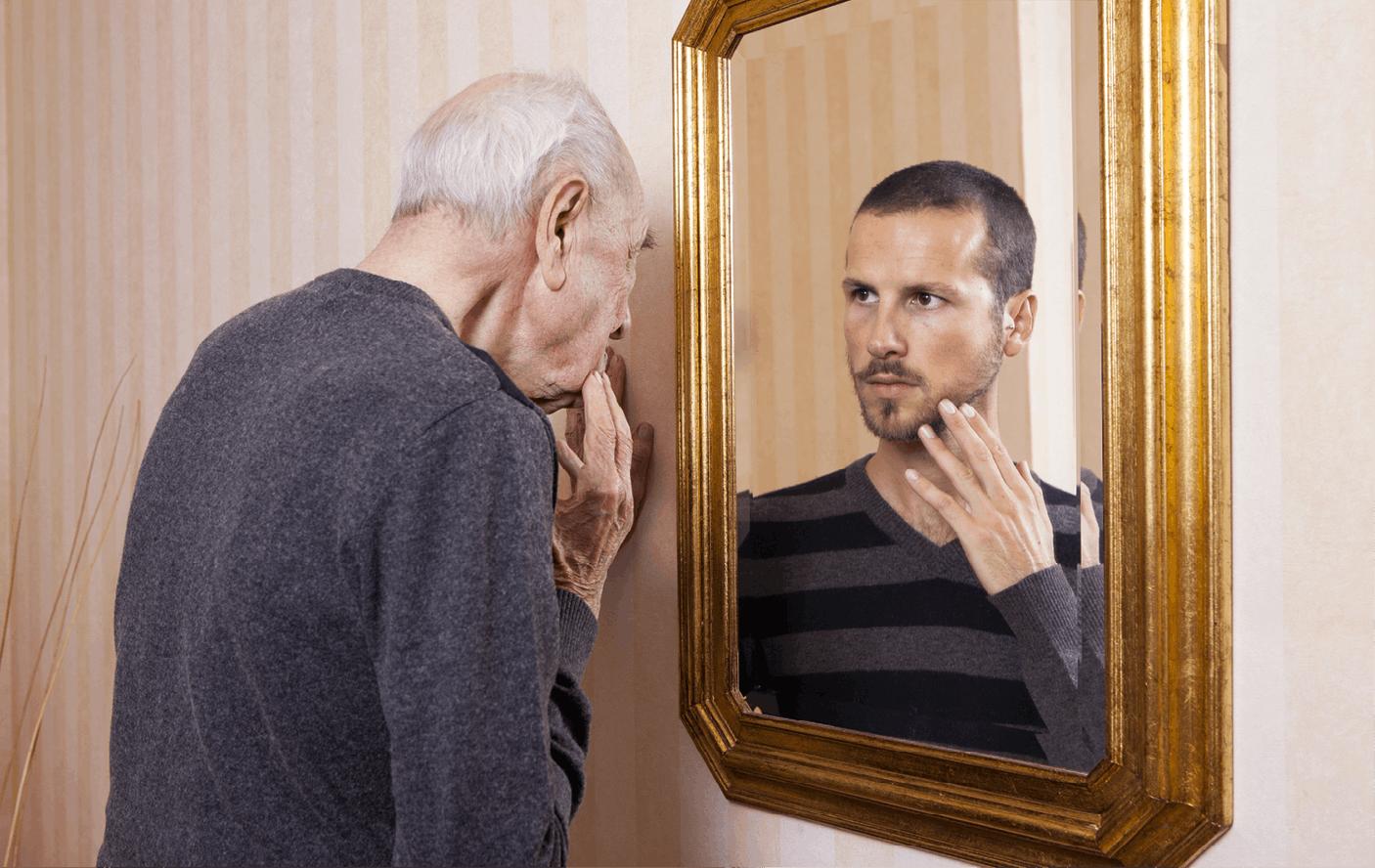 Homme âgé se regardant plus jeune dans le miroir