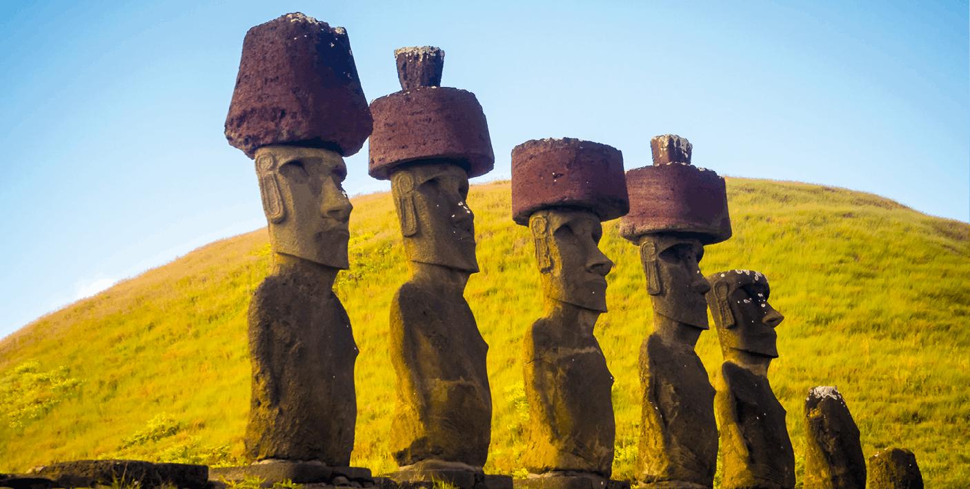 Moais Ahu Nau Nau, sur l'île de Pâques au Chili