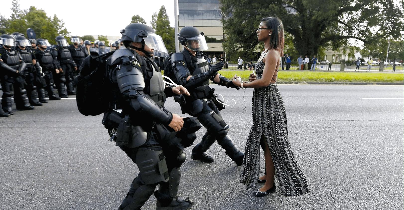 Manifestation pacifiste à Bâton-Rouge aux États-Unis, photographie de Jonathan Bachman prise le 9 juillet 2016.
