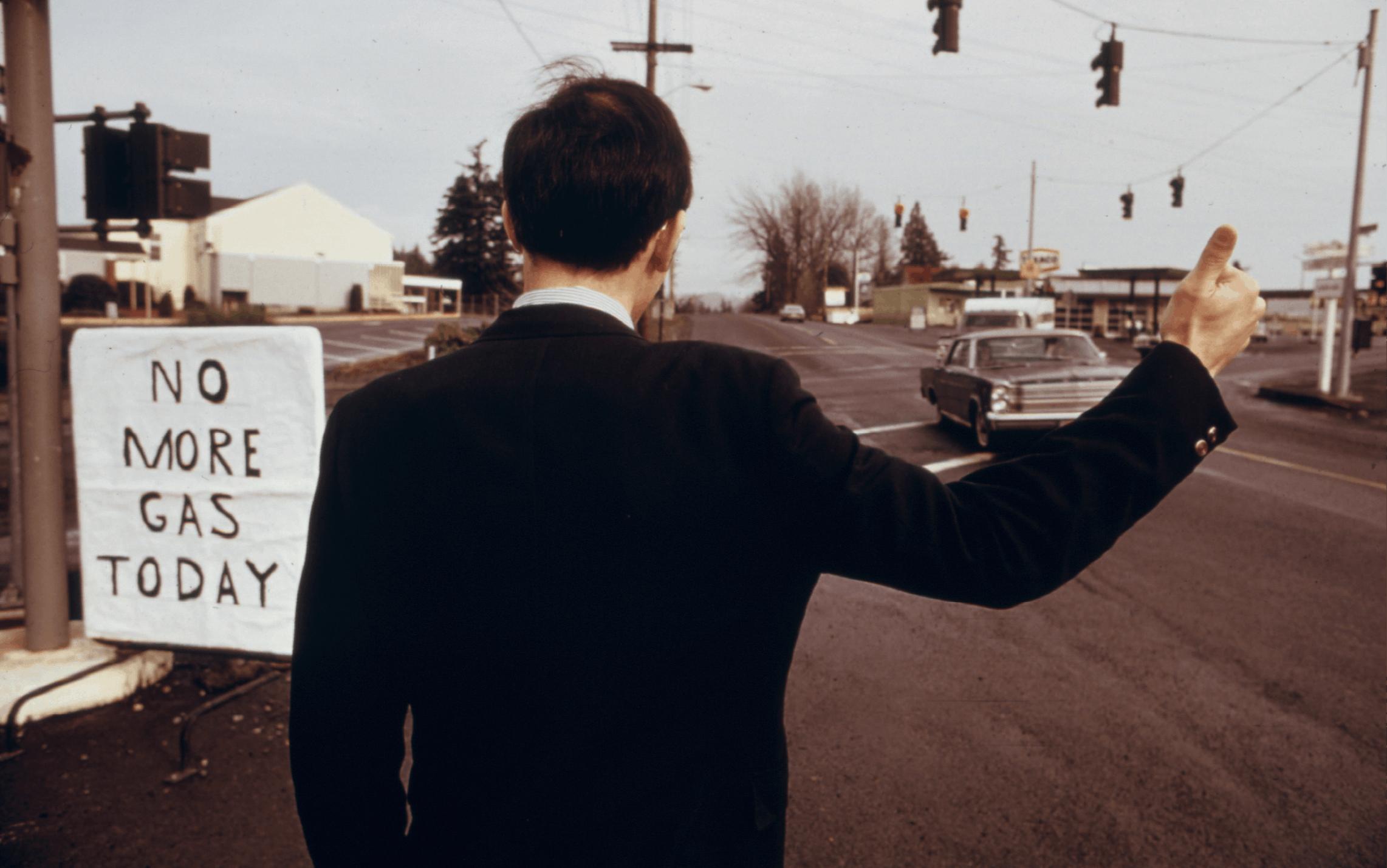 David Falconer, homme d'affaires faisant du stop à Beaverton (États-Unis), décembre 1973, photographie