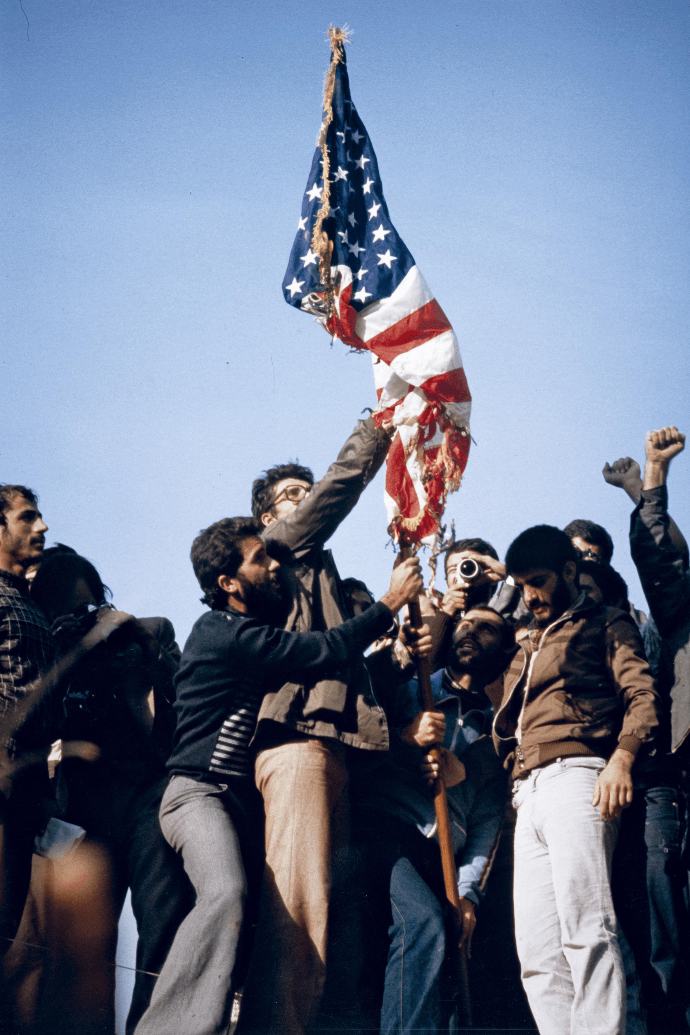 Philippe Ledru, Iraniens brûlant le drapeau américain à Téhéran, 8 novembre 1979, photographie.