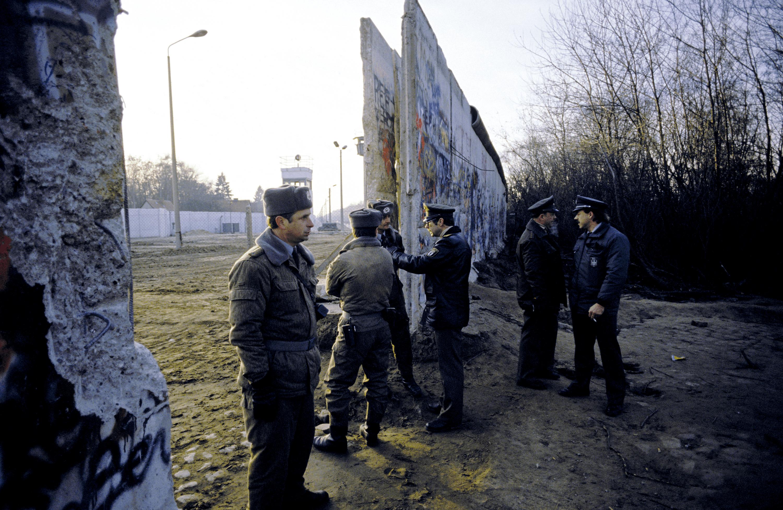 Erhard Pansegrau, policiers allemands près du mur de Berlin ouvert, 10 novembre 1989, photographie.