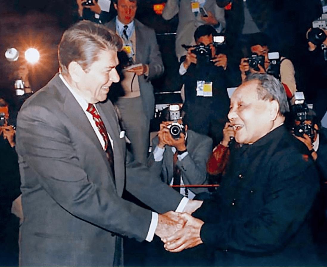 Rencontre entre Ronald Reagan et Deng Xiaoping à Beijing, 28avril1984, photographie anonyme.