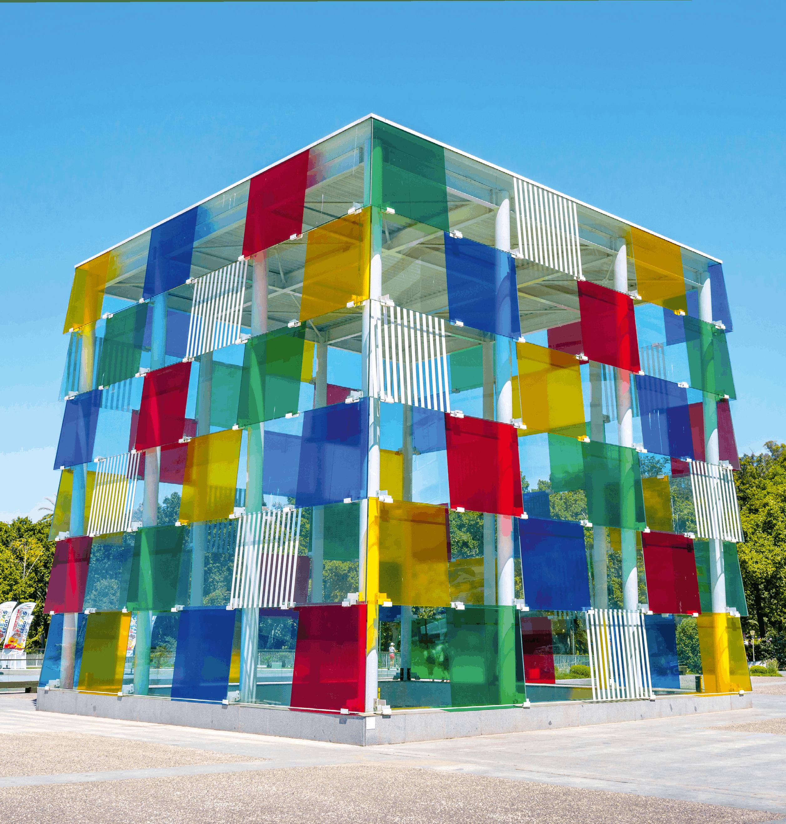 Ce bâtiment multicolore en forme de cube se situe au Centre Pompidou de Málaga en Espagne, un musée d'art moderne et contemporain. On peut retrouver dans un cube de nombreuses situations d'orthogonalité entre des plans et des droites.