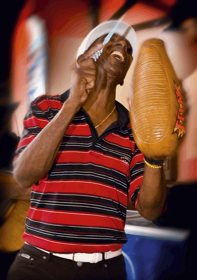 Hombre tocando música en las calles de la Habana.