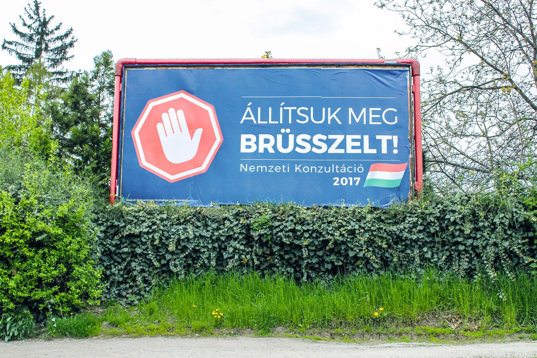 Panneau annonçant une consultation sur la politique européenne à Miskolc