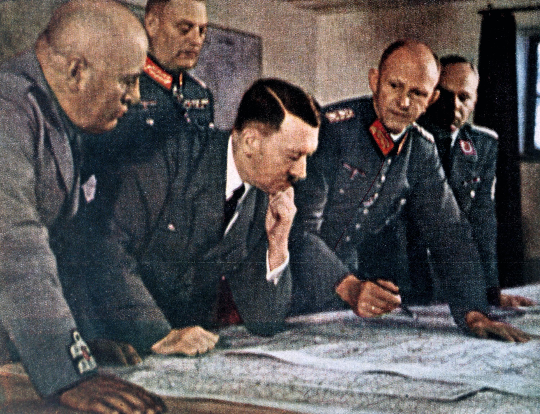 Contexte Chapitre 3 - Hitler et Mussolini étudiant des cartes
