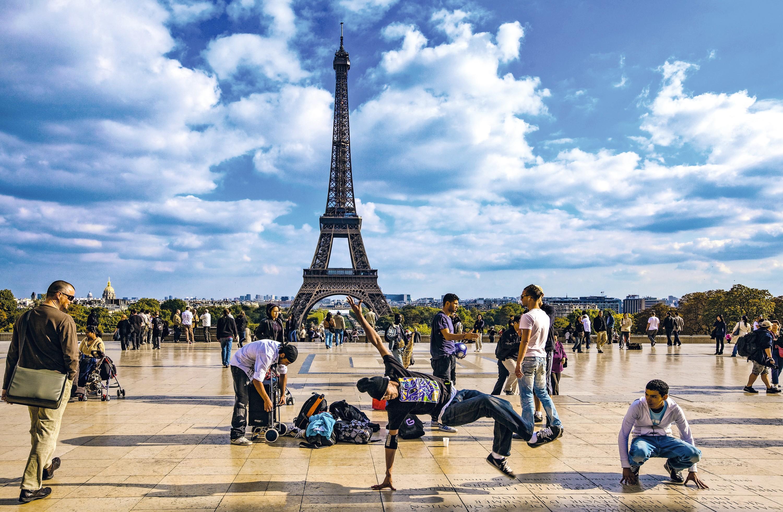 La place du Trocadéro à Paris investie par des danseurs de hip hop
