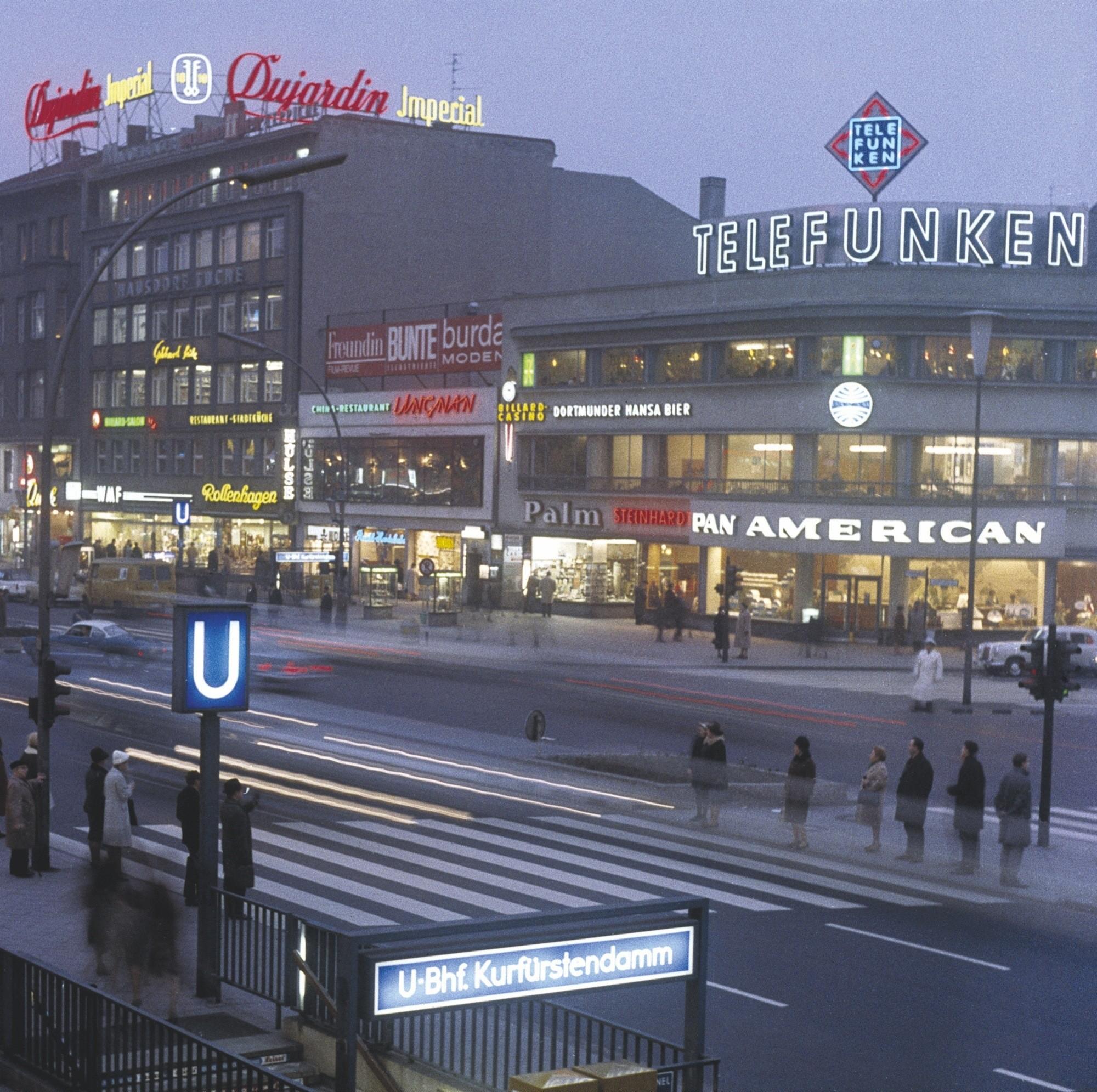 Grande rue commerçante de Berlin-Ouest, 1964, photographie
