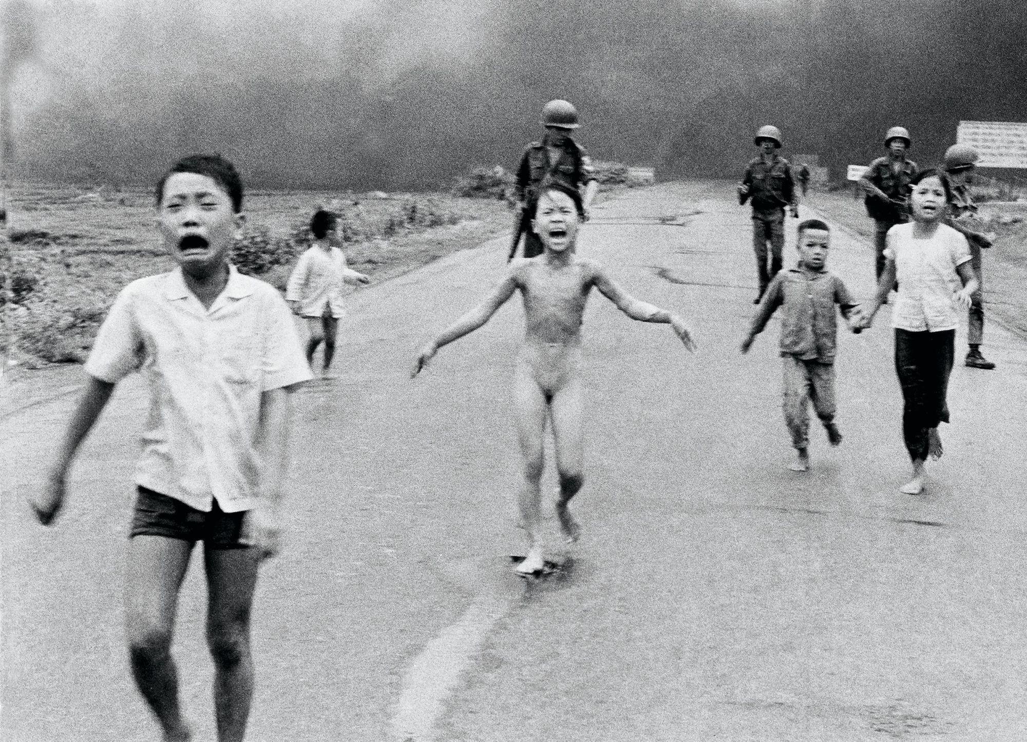 Nick Ut, fillette vietnamienne brûlée après un bombardement au napalm, 8 juin 1972, photographie
