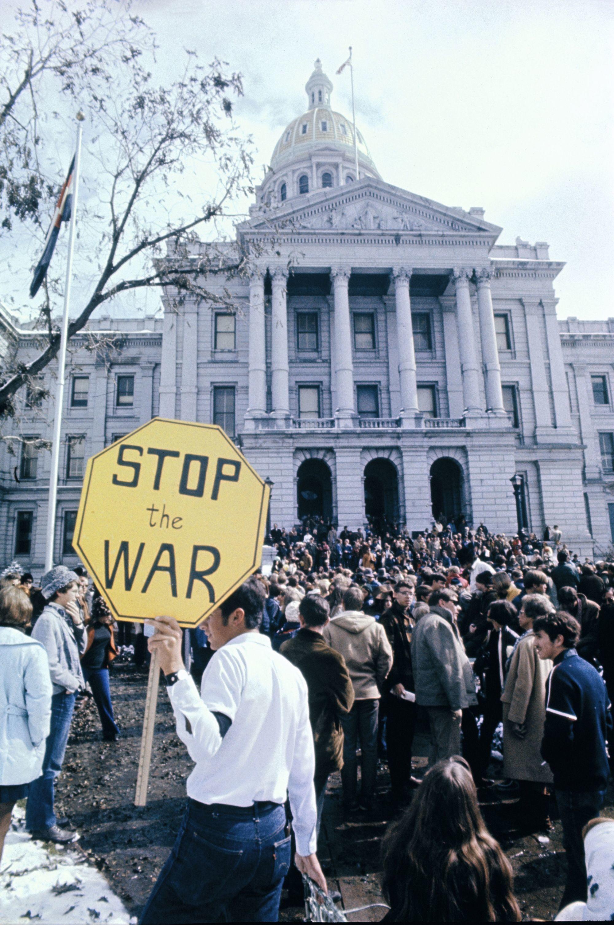 Manifestation contre la guerre du Vietnam devant le Capitole de Denver (États-Unis), 15 octobre 1969, photographie