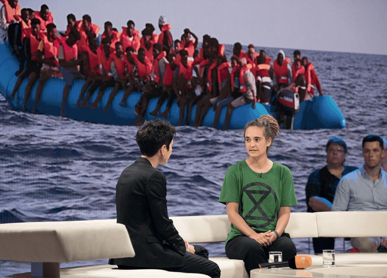 Carola Rackete, capitaine du Sea-Watch, est interviewée sur le plateau d'une émission télévisée allemande.