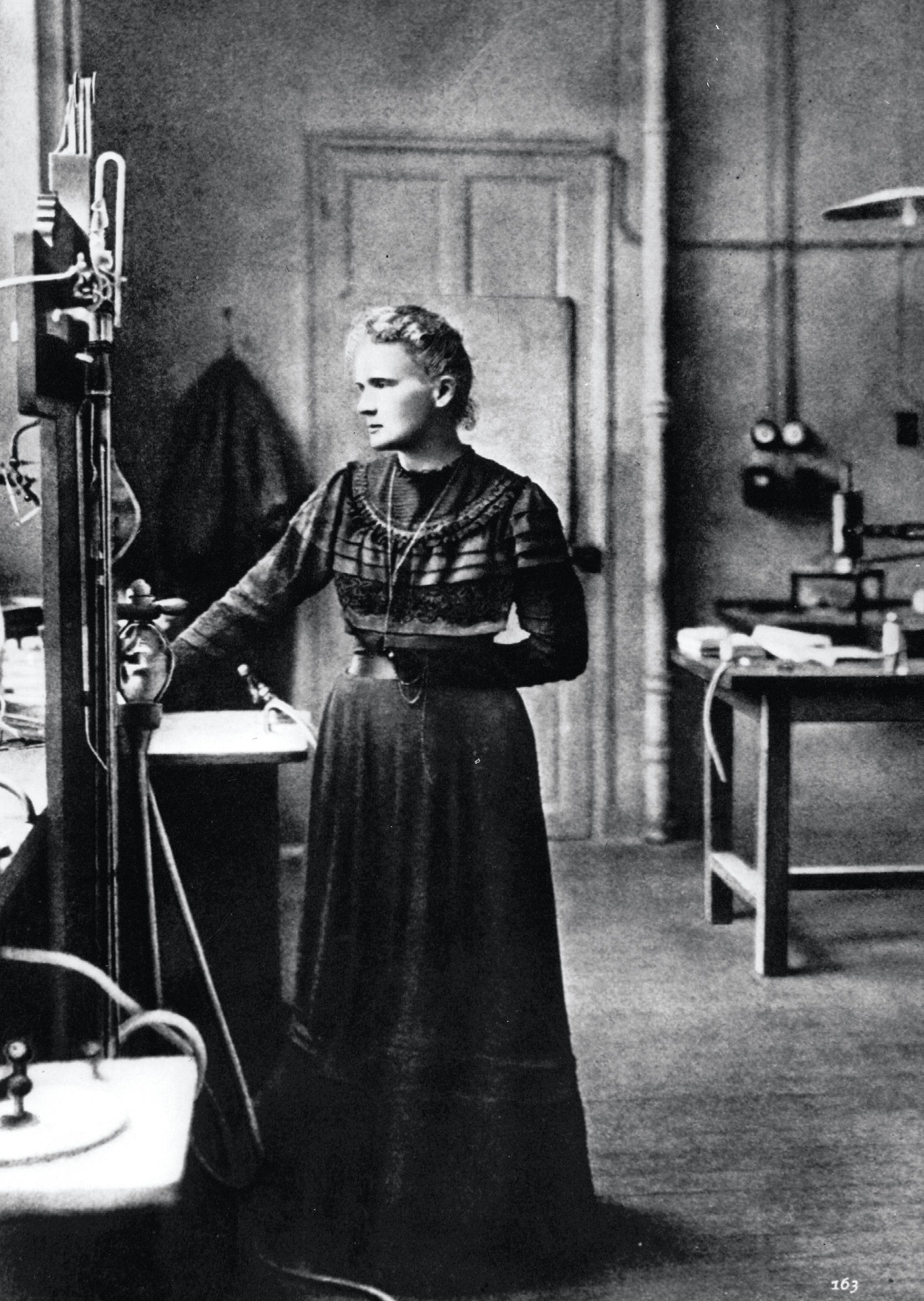 Marie Curie (1867-1934) dans son laboratoire