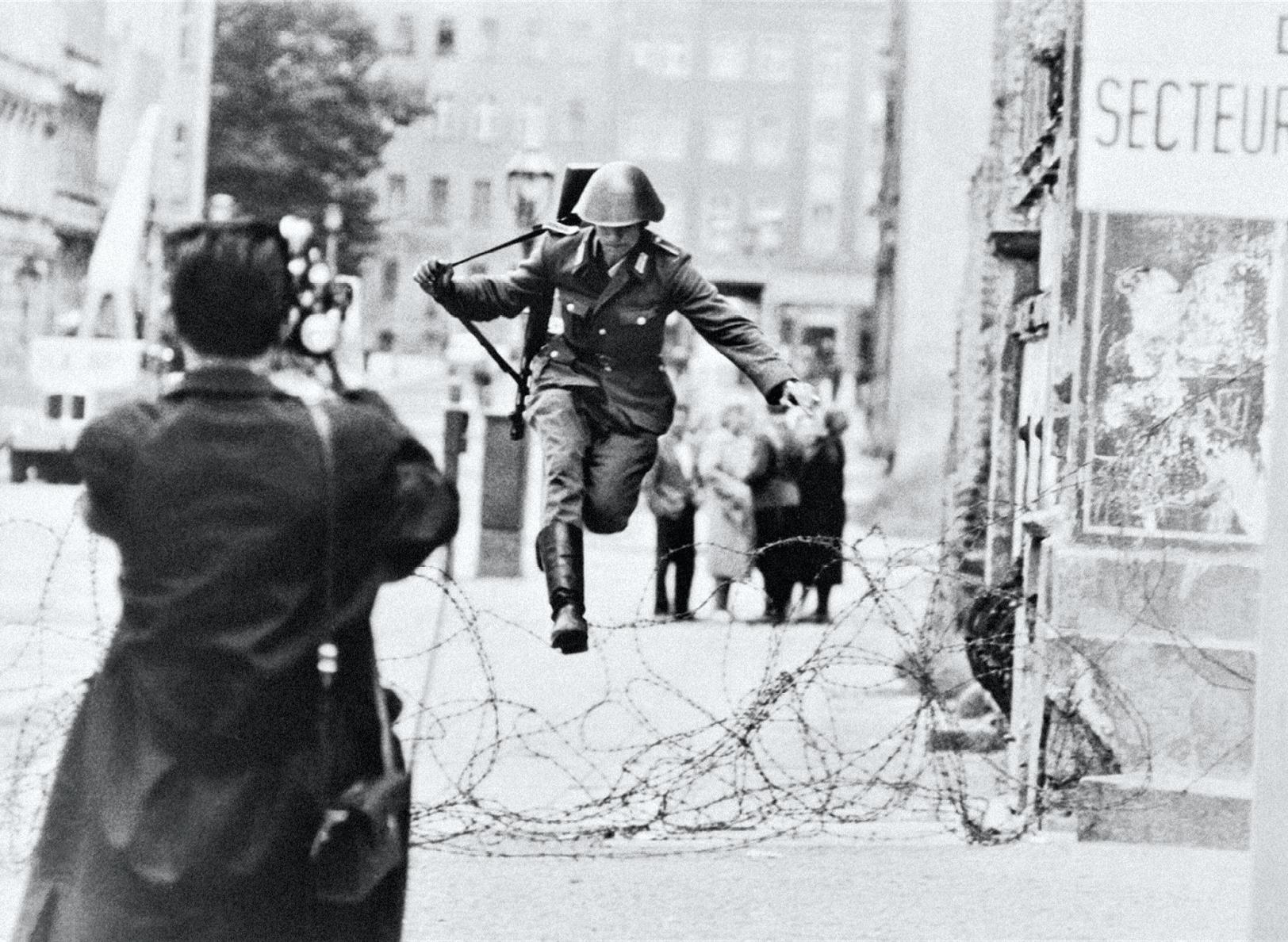 Saut vers la Liberté, photographie de Peter Leibing prise le 15 août 1961.