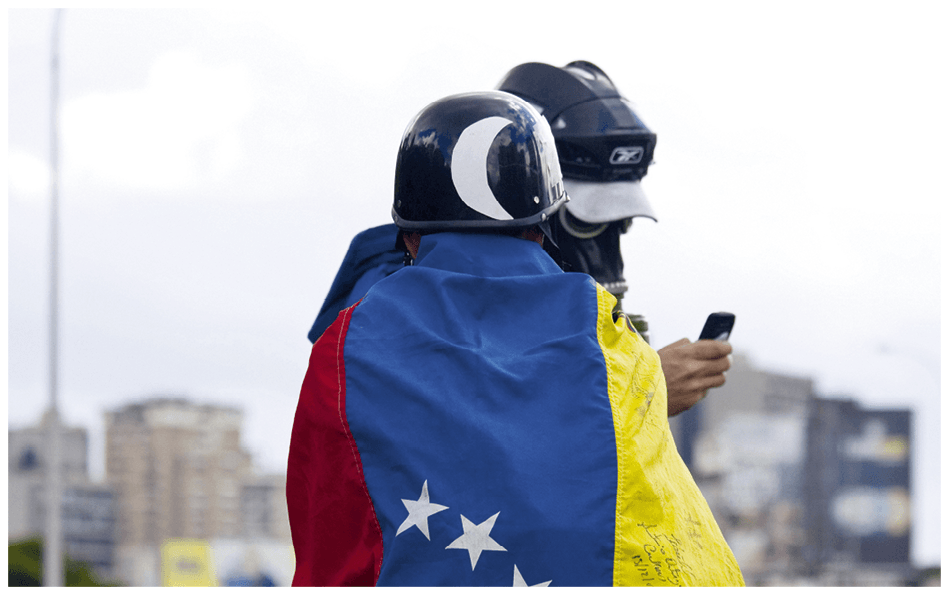 Dos manifestantes durante una protesta contra el Gobierno de Nicolás Maduro en Caracas, 2017
