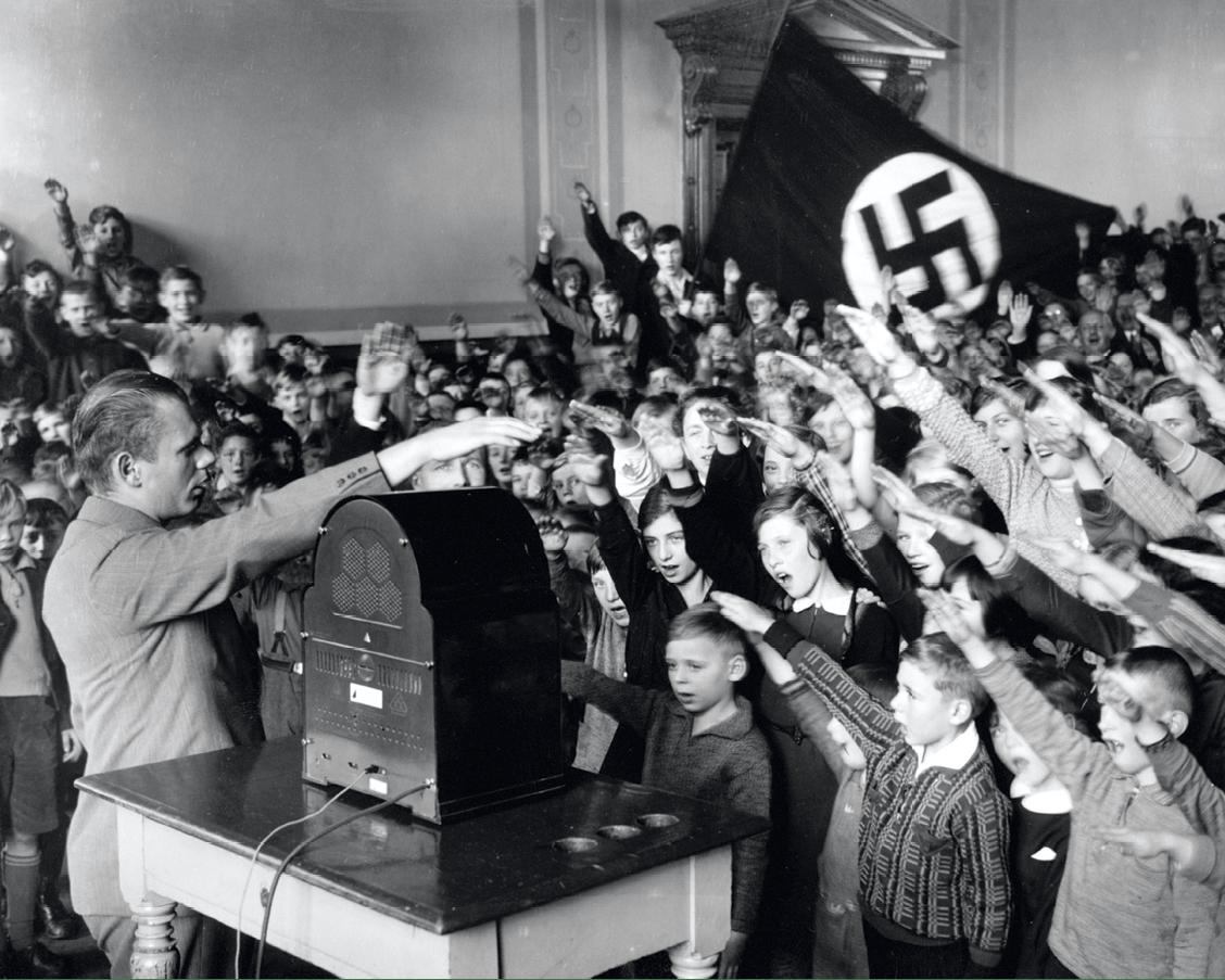 Écoliers allemands écoutant un discours d'Hitler à la radio, vers 1933, photographie anonyme