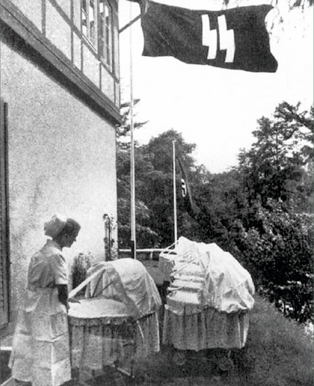 Infirmière dans un Lebensborn, 1943, photographie anonyme