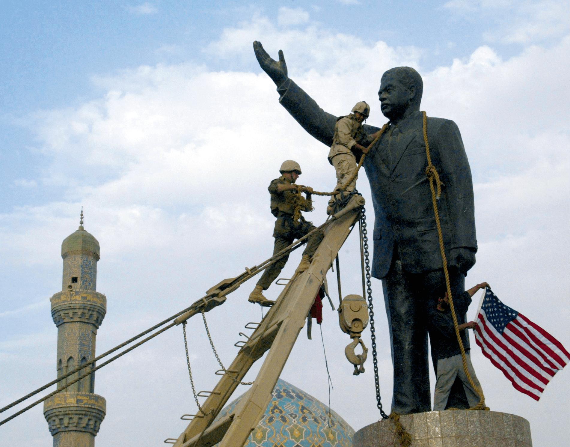 Ramzi Haidar, chute de la statue de Saddam Hussein, Bagdad (Irak), 9 avril 2003, photographie.