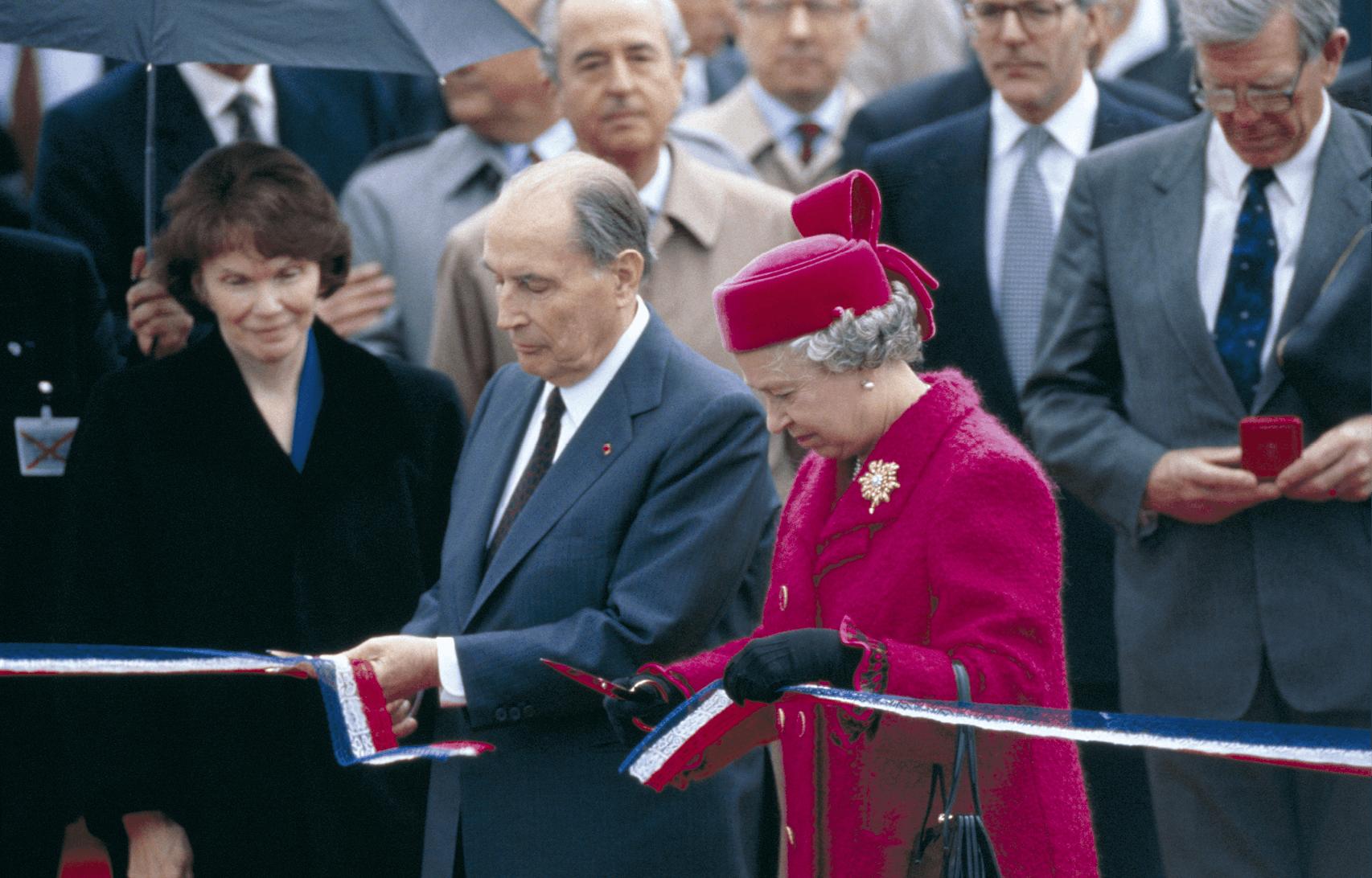 Photographie de François Mitterrand et de la reine d'Angleterre Elizabeth II inaugurant le tunnel à Coquelles.