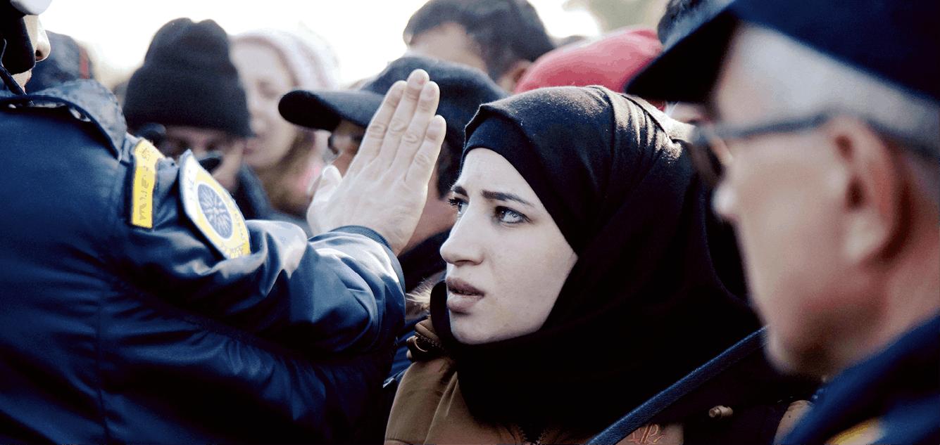 Photographie de Stefania Mizara, réfugiée syrienne bloquée sur la frontière de la Macédoine.