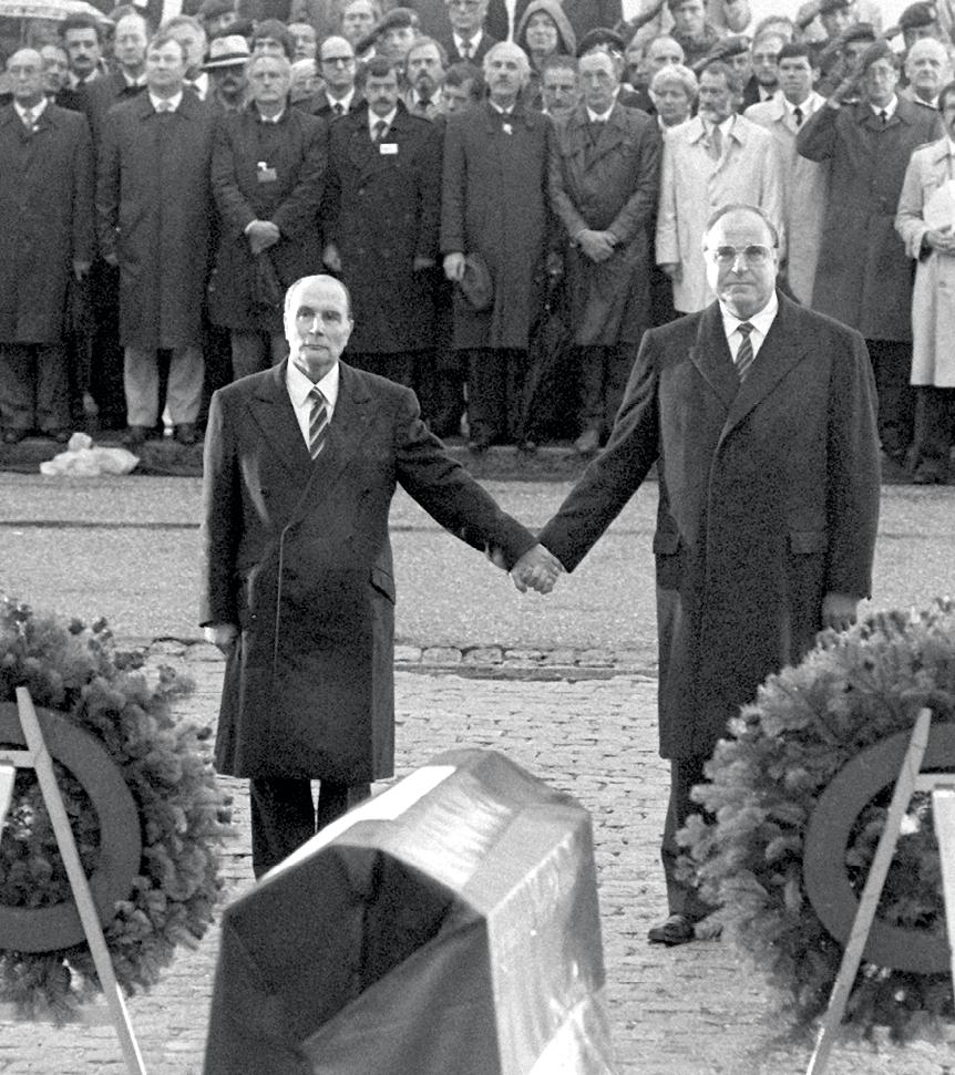 Photographie de François Mitterrand et Helmut Kohl à l'ossuaire de Douaumont.