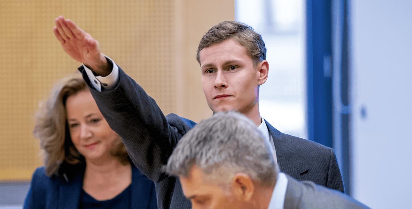 Philip Manshaus fait le salut nazi lors de son procès