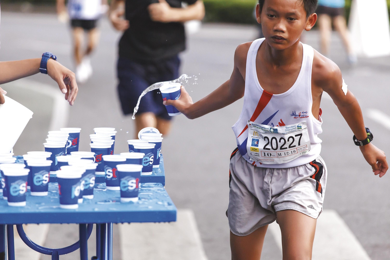 Un élève se ravitaillant lors d'une course