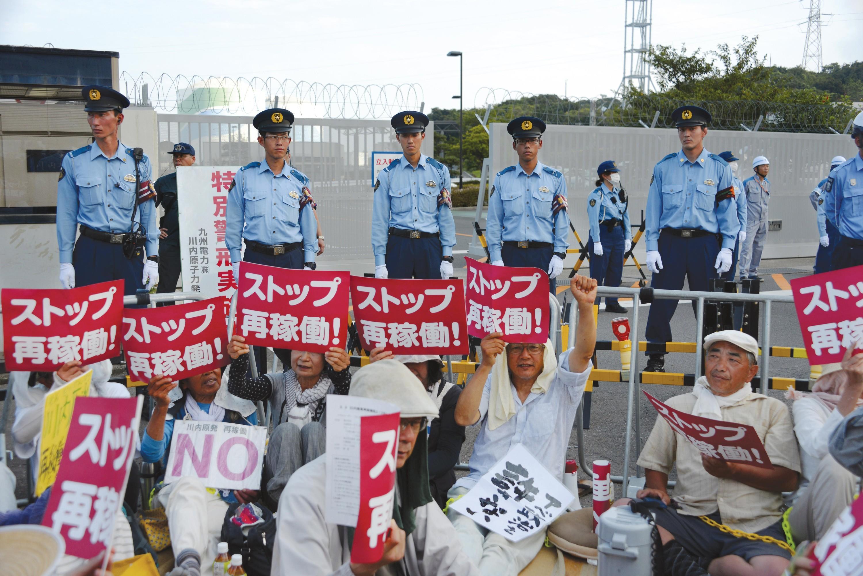 <stamp theme='his-green2'>Doc. 9</stamp> Manifestants devant une centrale nucléaire