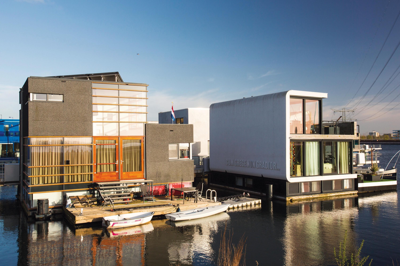 Maisons flottantes qui s'adaptent au niveau de la mer, aux Pays-Bas.