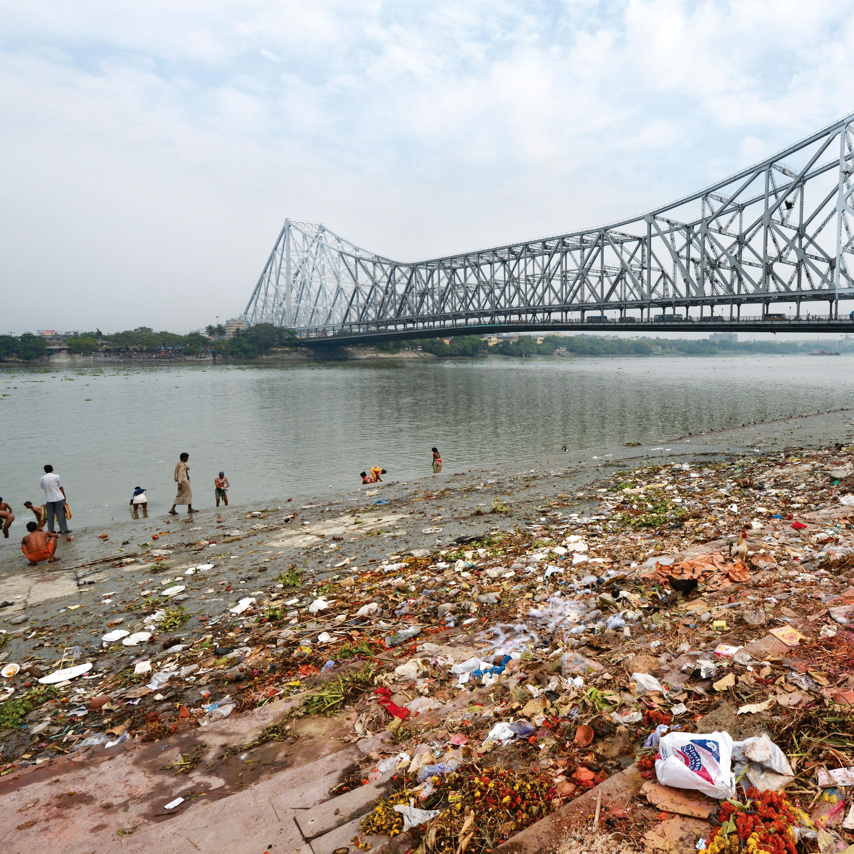Pollution au bord de la rivière Hooghly à Kolkata