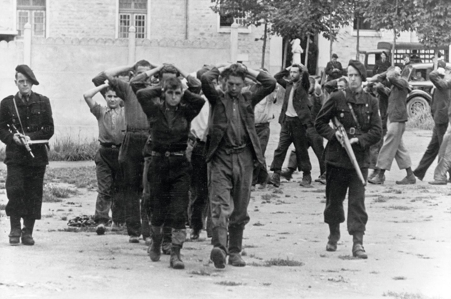 Arrestation de résistants par des miliciens français, 1943, photographie anonyme.