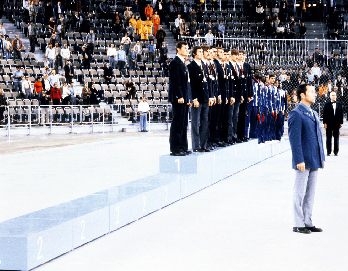 Les basketteurs américains refusent de monter sur le podium après leur défaite contestée lors de la finale contre les Soviétiques, 10 septembre 1972, photographie anonyme.