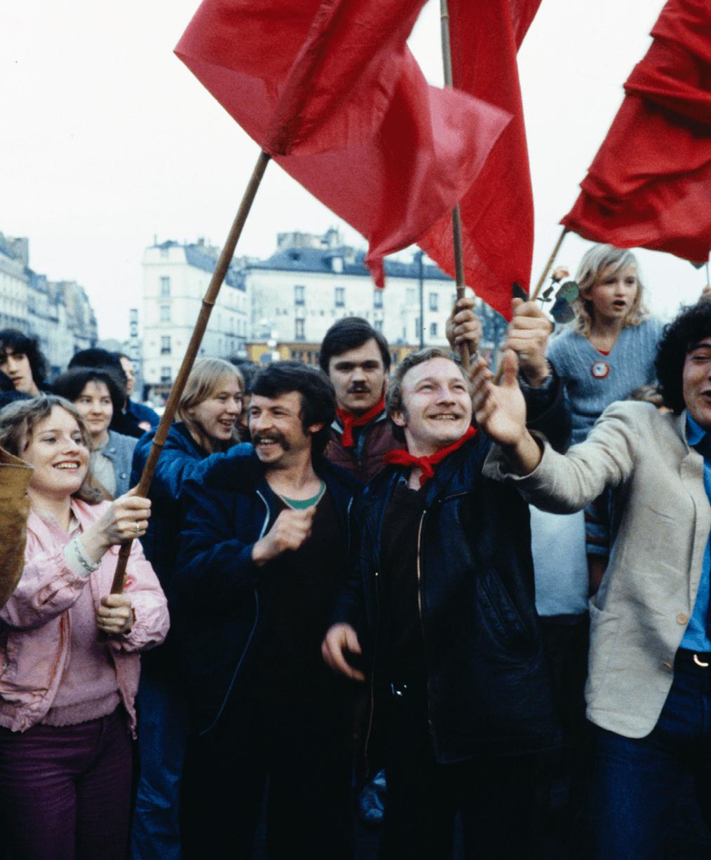 Photographie d'une manifestation à Paris, le soir de l'élection de François Mitterrand, 10 mai 1981.
