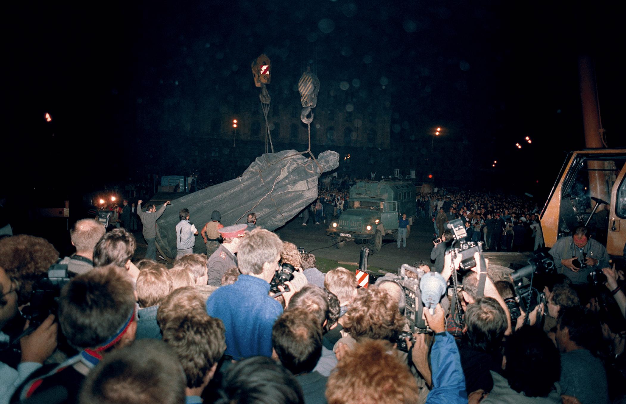 Photographie du déboulonnement du monument de Félix Dzerjinski à Moscou