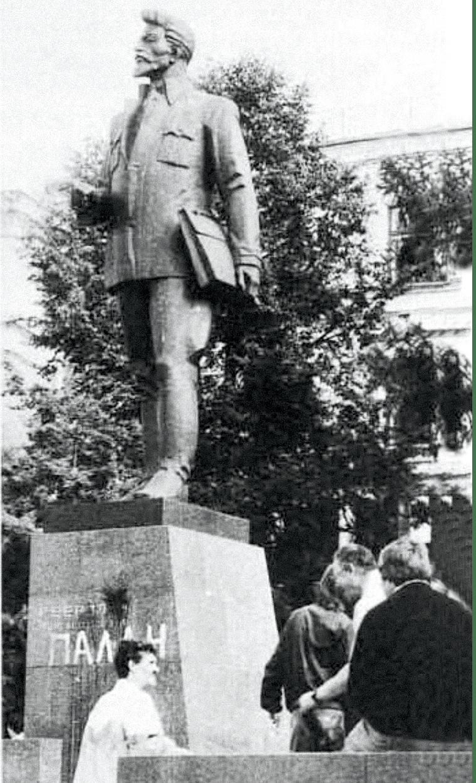 Photographie de la statue de Sverdlov, révolutionnaire bolchevik, vandalisée