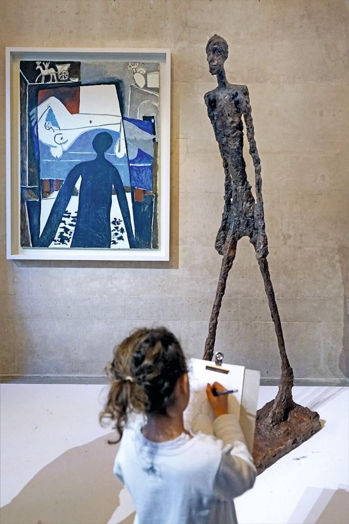 Una niña dibujando delante del cuadro La Sombra de Pablo Picasso, Musée Picasso París, 04/02/2017.
