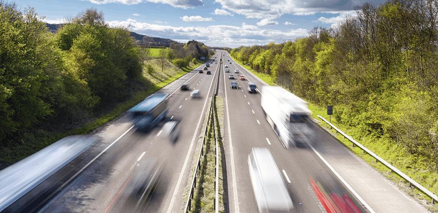 Photographie de véhicules sur l'autoroute
