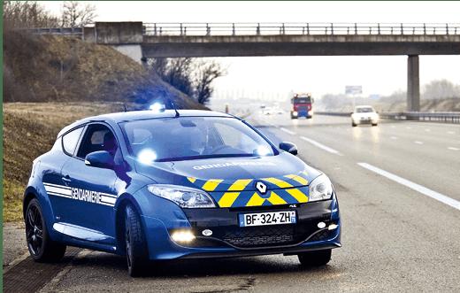 Voiture de gendarmerie sur l'autoroute