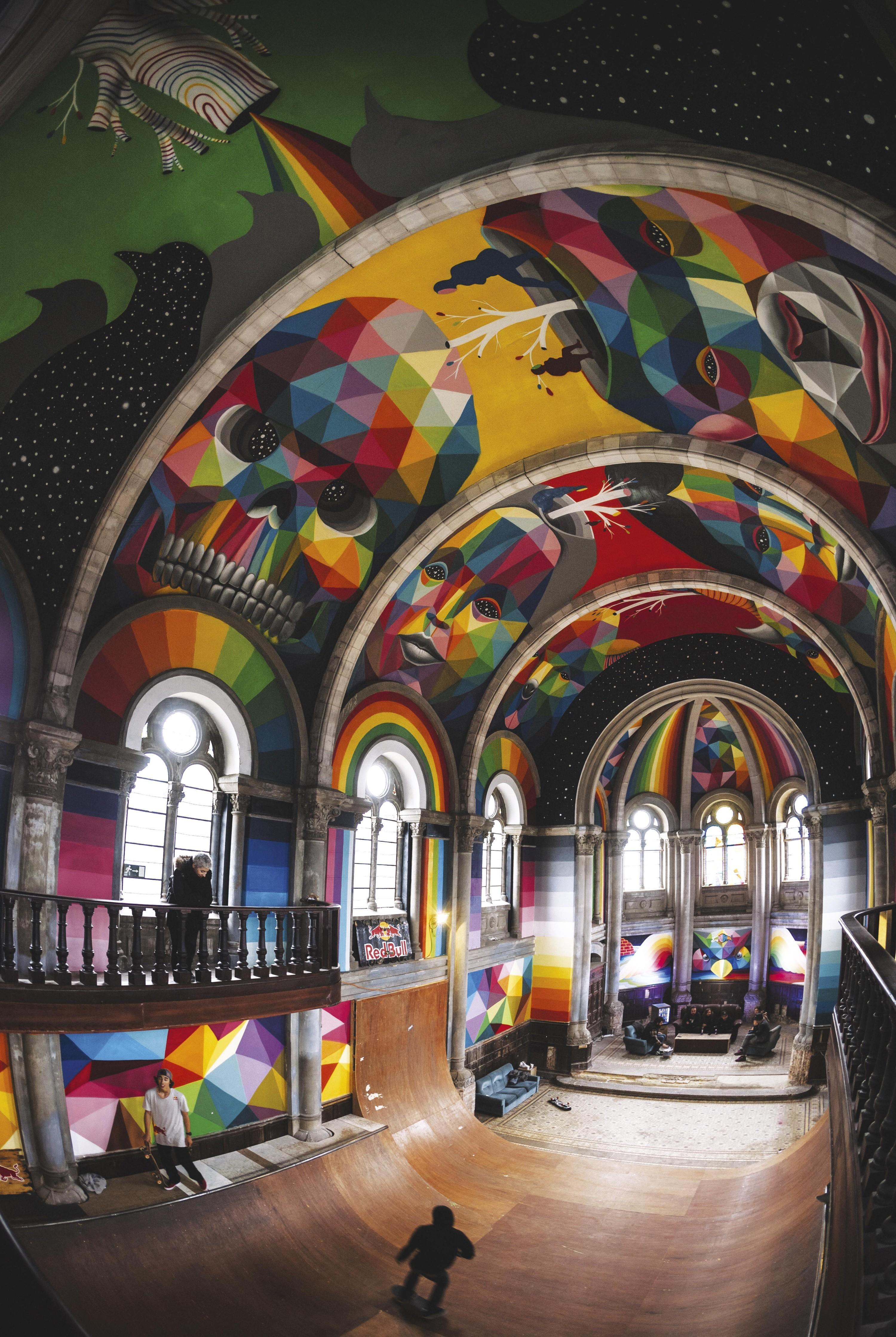 Église Santa Barbara de Llanera, décorée par Okuda.