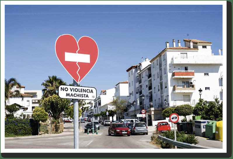 Granada se llena de señales de tráfi co contra la violencia machista en abril de 2019.