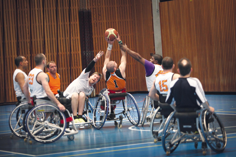 <stamp theme='svt-green1'>Doc. 2</stamp> Des basketteurs en fauteuil roulant.