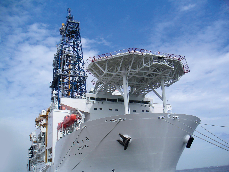 <stamp theme='svt-green1'>Doc. 7</stamp> Le Chikyu, un navire japonais capable de réaliser des forages de plusieurs kilomètres sous les océans.