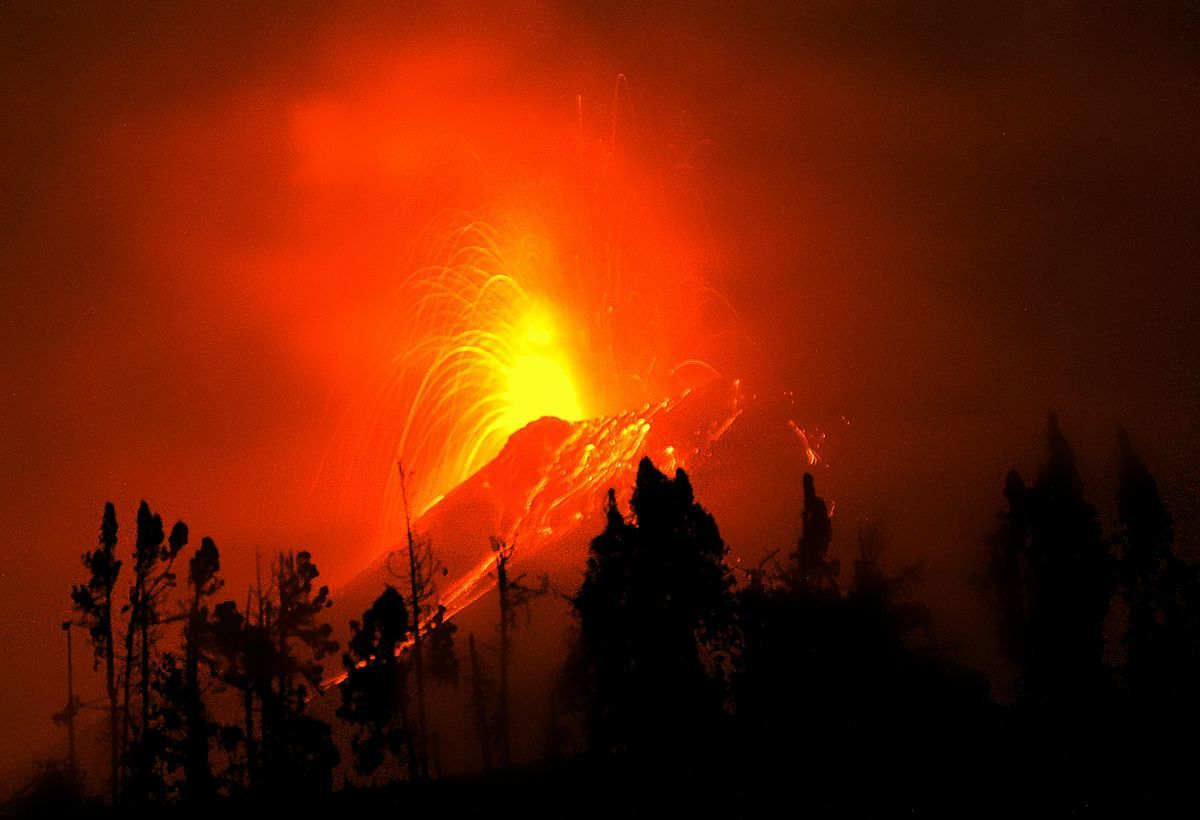 <stamp theme='svt-green1'>Doc. 2</stamp> Photographie de nuit de l'éruption du volcan Tungurahua.