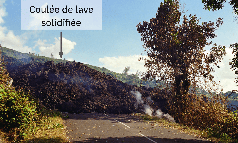 <stamp theme='svt-green1'>Doc. 3</stamp> L'éruption du piton de la Fournaise du 2 avril 2007.