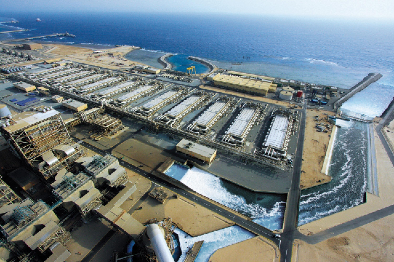 <stamp theme='svt-green1'>Doc. 1</stamp> Une usine de dessalement de l'eau de mer en Arabie saoudite.